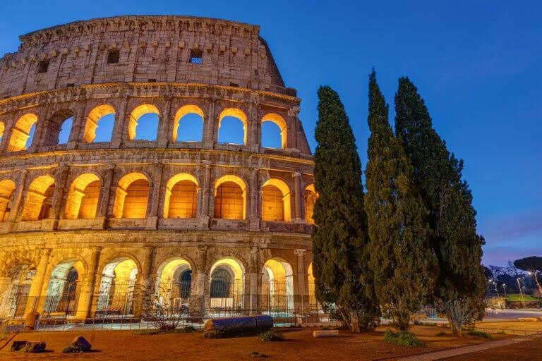 Upplyst Colosseum i Rom